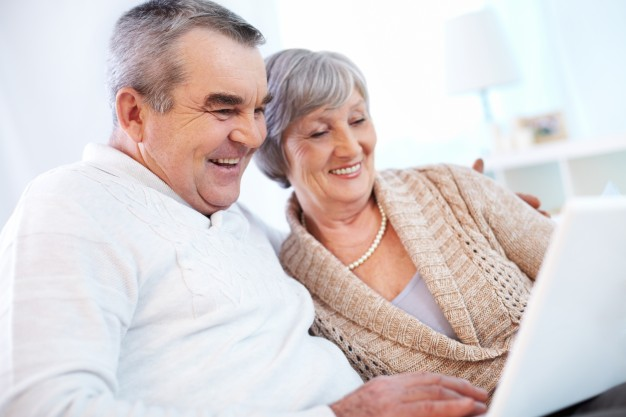 grandparents-using-laptop_1098-1200